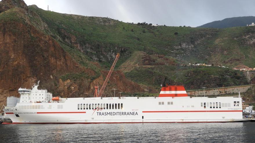 El buque 'José María Entrecanales' de Trasmediterránea-Acciona, este miércoles, en el Puerto de Santa Cruz de La Palma.  Foto: LA PALMA AHORA.