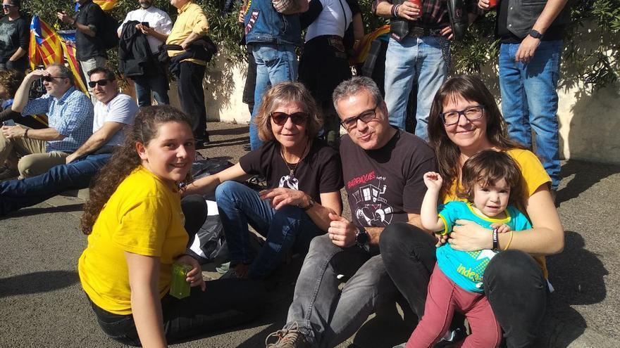 Ferran, de Barcelona, junto a su familia antes del inicio del acto en Perpinyà