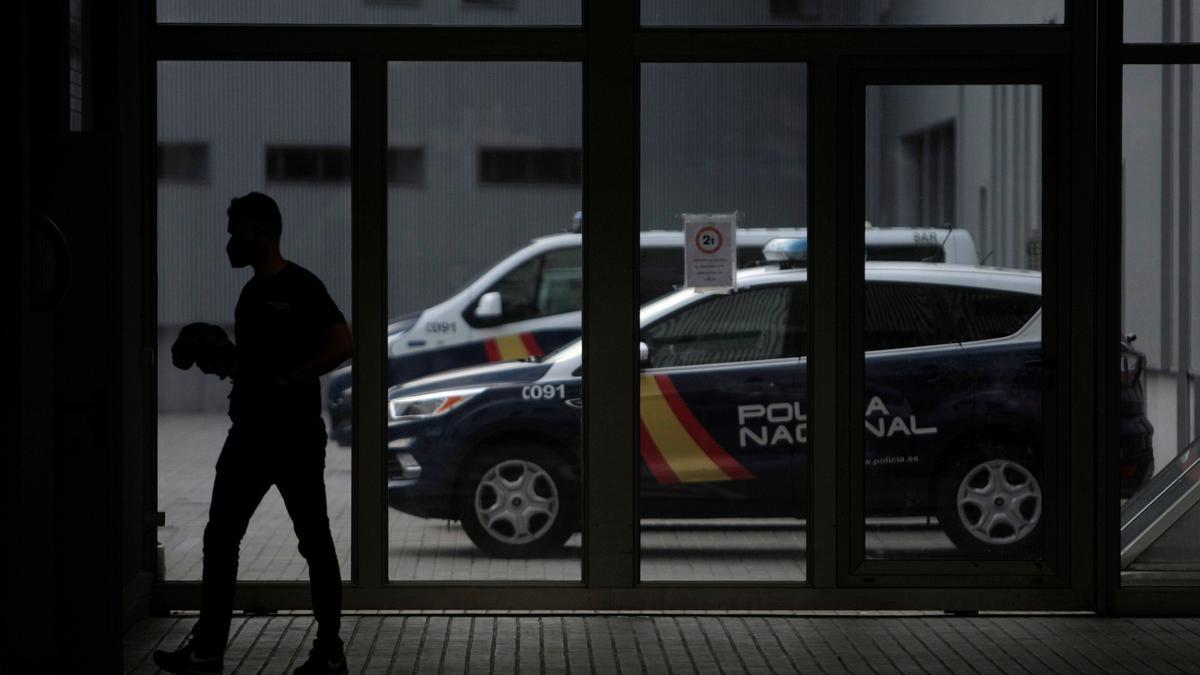 Un agente de policía camina este martes por el cuartel de Lonzas de A Coruña.