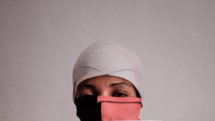 Mujer marroquí embarazada muestra la denuncia de maltrato a su ex pareja.