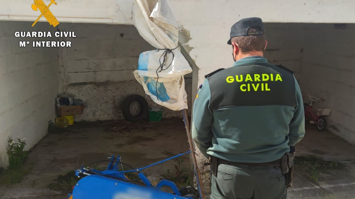 La Guardia Civil con la maquinaria sustraída.