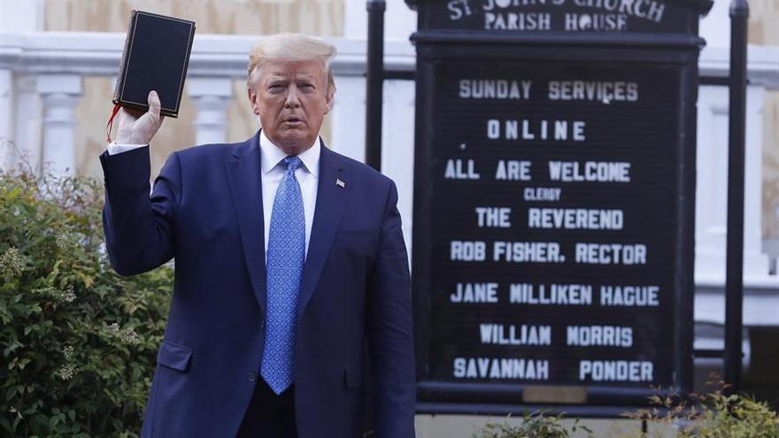 El presidente posa con la Biblia frente a la iglesia St johns', cerca de la Casa Blanca.