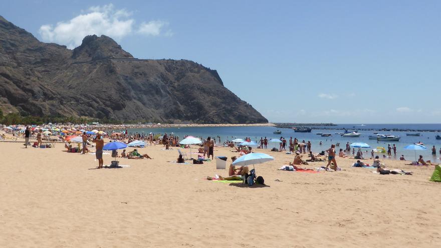 Playa de Las Teresitas, cerrada en uno de sus tramos por un vertido