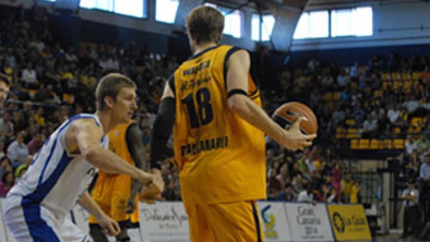 JC Wallace protege el balón ante el jugador norteamericano del Meridiano Alicante, Doellman. (ACFI PRESS)