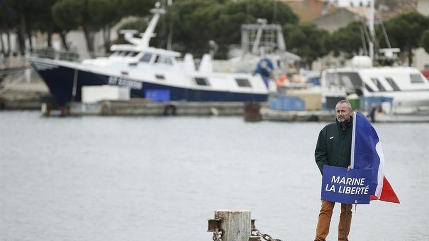 Le Pen hace campaña a bordo de un pesquero para marcar distancias con Macron