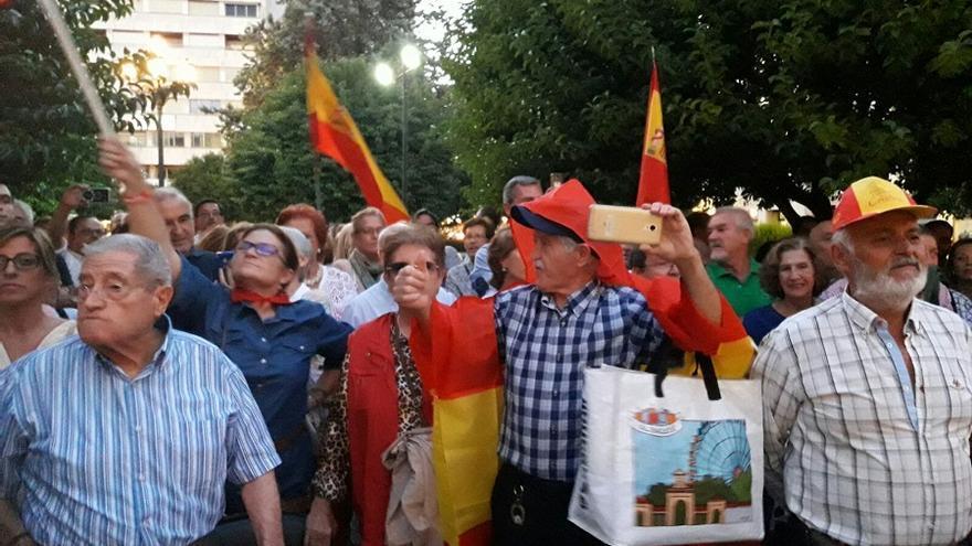 Algunos de los presentes acudieron con banderas de España pese a que la organización había pedido no hacerlo.