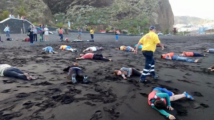 Un momento del simulacro de naufragio realizado en la playa de Bajamar del municipio de Breña Alta. Foto cecida por Entreculturas.