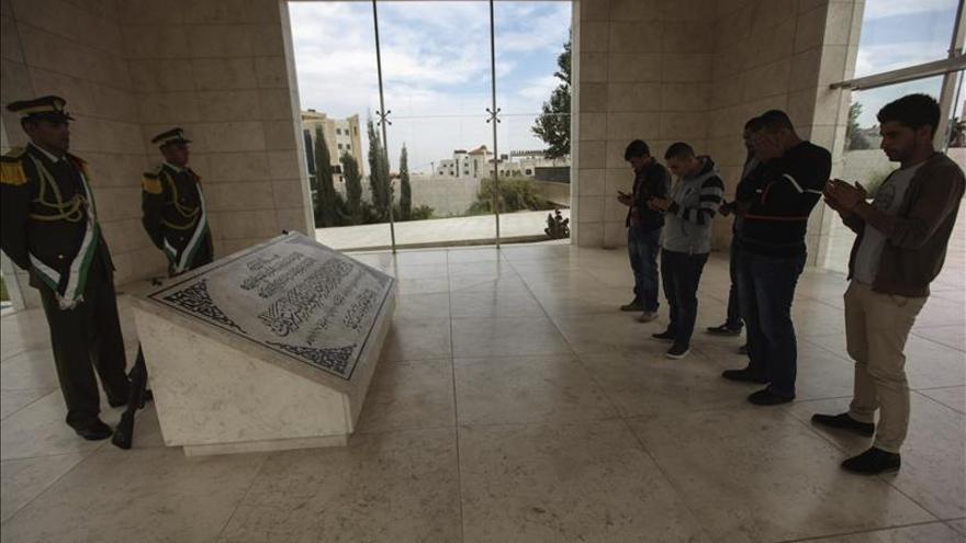 Miles de palestinos recuerdan a Arafat en el noveno aniversario de su muerte