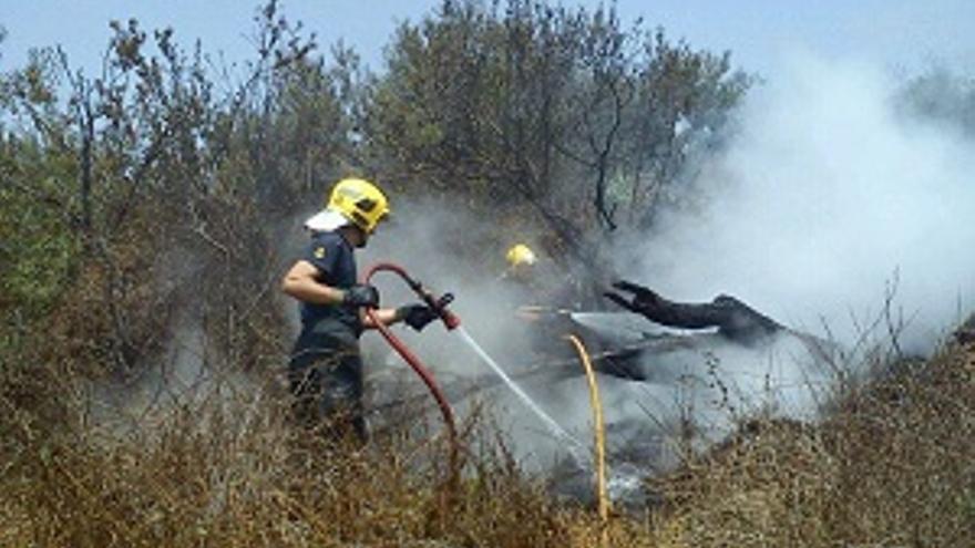 Un bombero remata el conato registrado este domingo en la zona de Tendiña. (Foto: BOMBEROS LA PALMA)