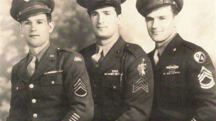 El sargento Ernest Uhalde (izquierda), veterano de las Ardenas, posa con sus hermanos, también sargentos, Raymond (derecha, 94ª División de Infantería) y Albert (centro, 2ª División de Marines). Todos ellos tuvieron experiencia de combate durante la guerra (cortesía de la Familia Uhalde).