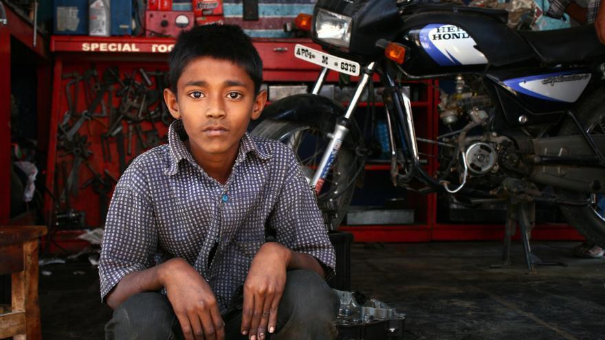 Shueb tiene diez años y durante varios meses ha trabajado en un taller mecánico/ R. Ovalle