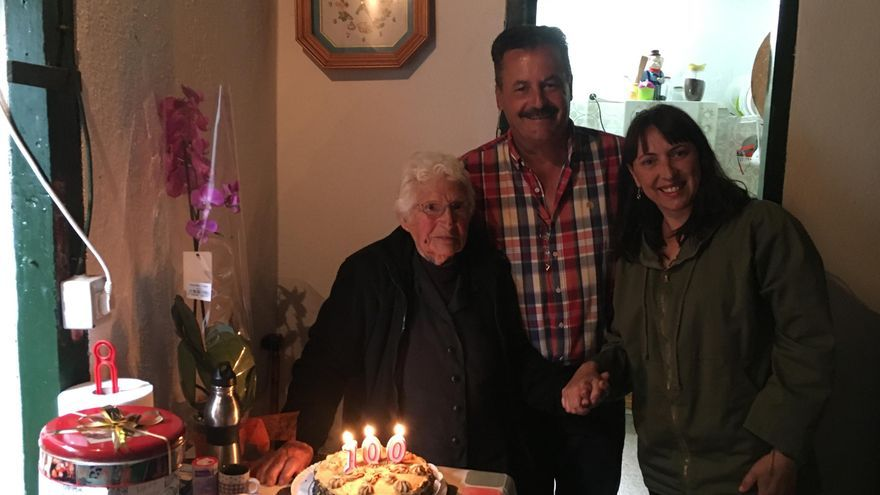 Doña Herminia Reyes, con el alcalde de Puntagorda, Vicente Rodríguez, y la concejala de Servicios Sociales, Mercedes Candelario.