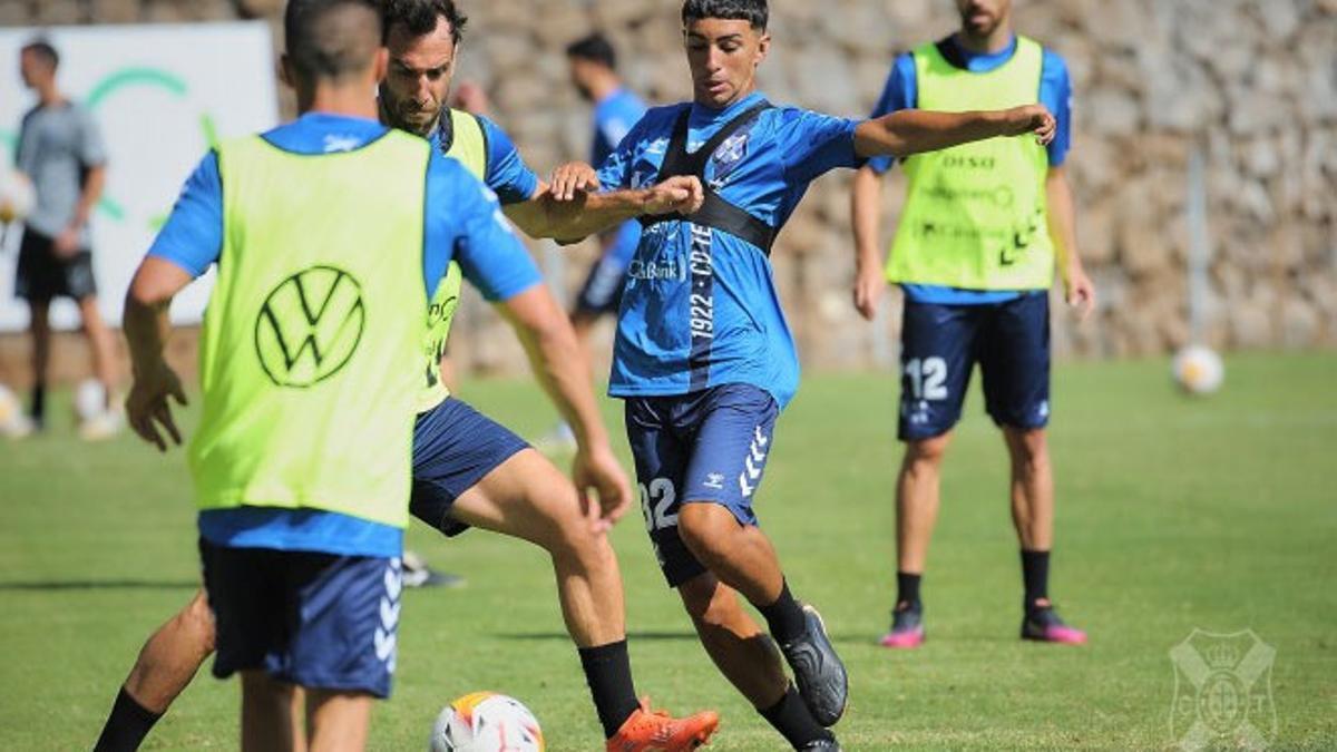 Dylan pugna con Carlos Ruiz en un entrenamiento del Tenerife