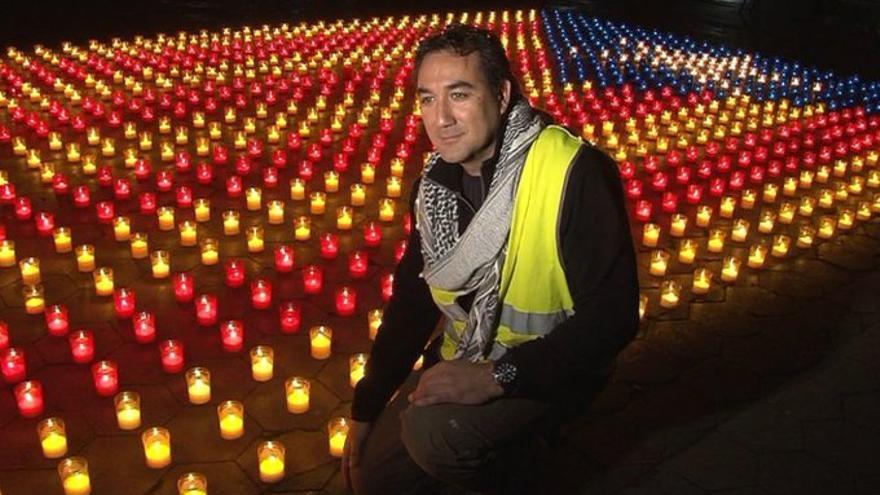 Bruno Pérez Junca posa junto a una estelada de luz, en una imagen difundida ayer por Daniel Pérez Calvo (Cs).