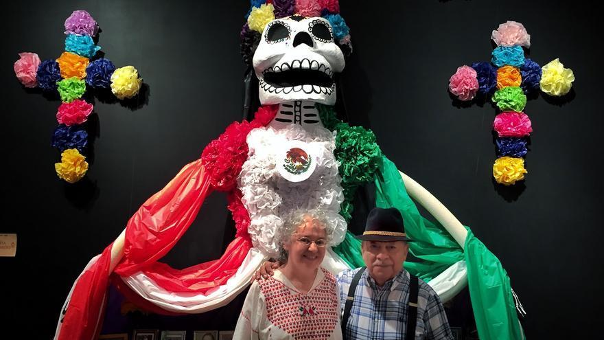 Graciela Sánchez y Tomás Ibarra en una exposición del día de los Muertos al estilo mexicano en un centro cultural de San Antonio (JLS)