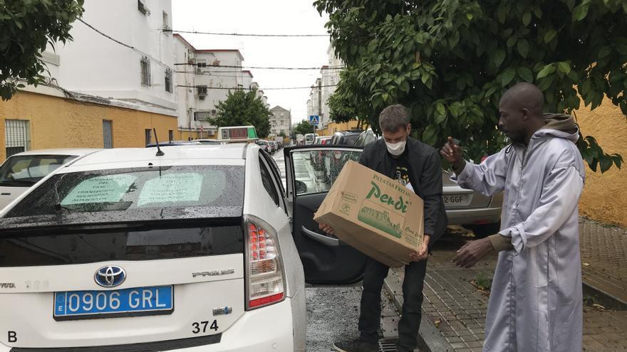 Durante la entrega de cajas de alimentos a familias de numerosos barrios de Sevilla /Foto: C.I.