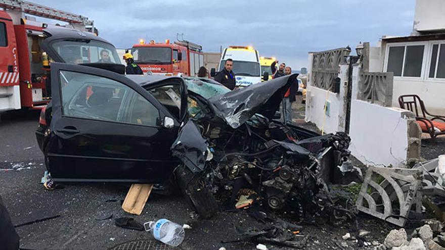 Un conductor de 21 años, herido grave tras empotrarse contra el muro de una casa en Lanzarote.