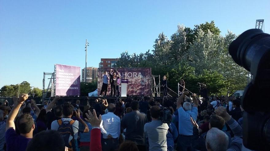 Monedero irrumpe en el mitin de cierre de Podemos y es aclamado por los miles de asistentes