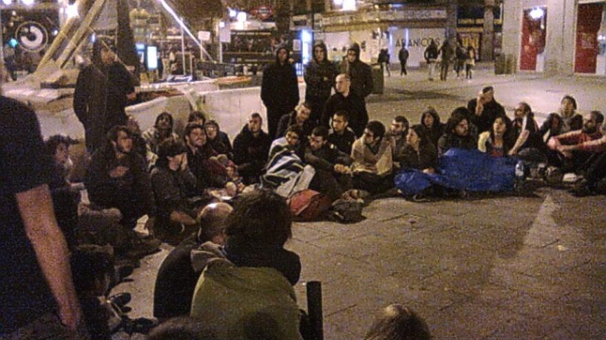 Imagen de la primera asamblea durante la primera noche de acampada en Sol (@toofasttofall)