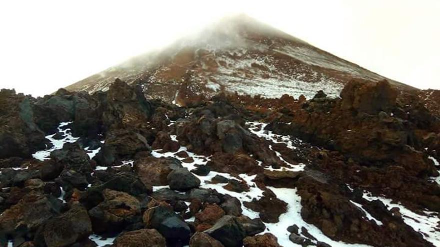 Pico del Teide, con el blanco en sus faldas, este lunes en el parque nacional