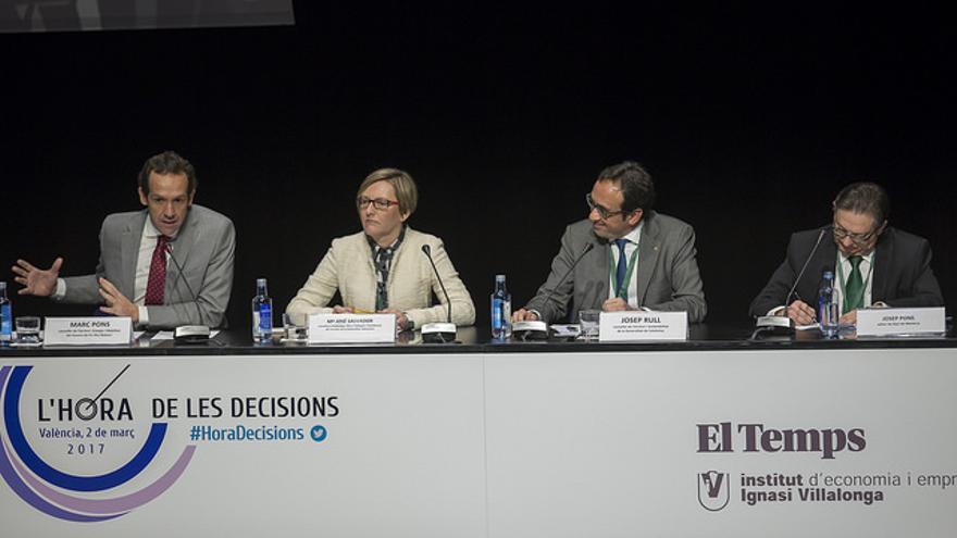La consellera de Territorio, María José Salvador, acompañada de los conselleres de Baleares (izquierda) y Catalunya.