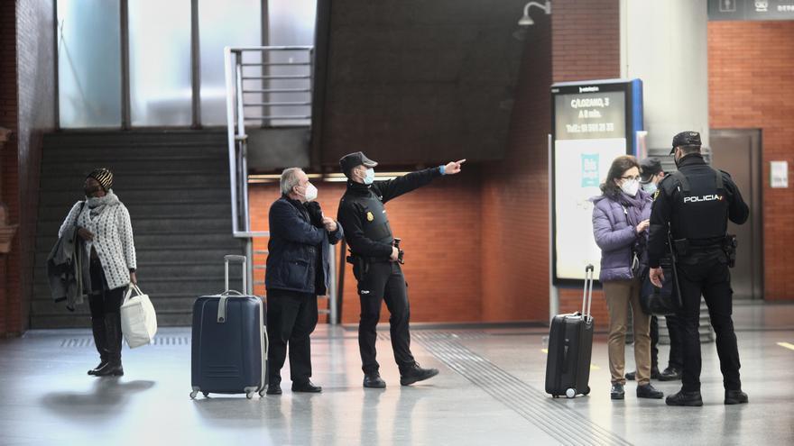 Agentes la Policía Nacional realizan controles de movilidad en la estación de AVE Puerta de Atocha, en Madrid, el pasado mes de diciembre