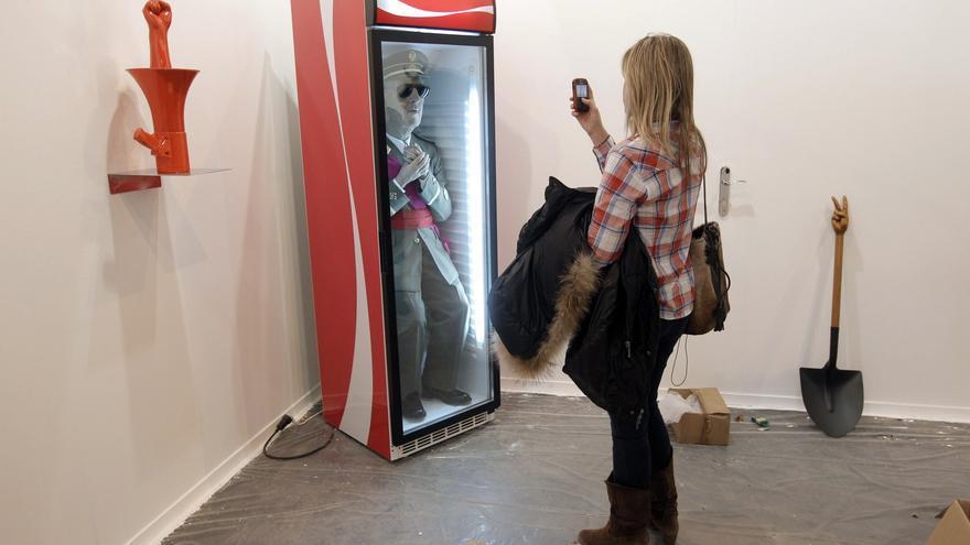 Reproducción del dictador Francisco Franco introducida en un frigorífico para refrescos obra del artista Eugenio Merino / EFE
