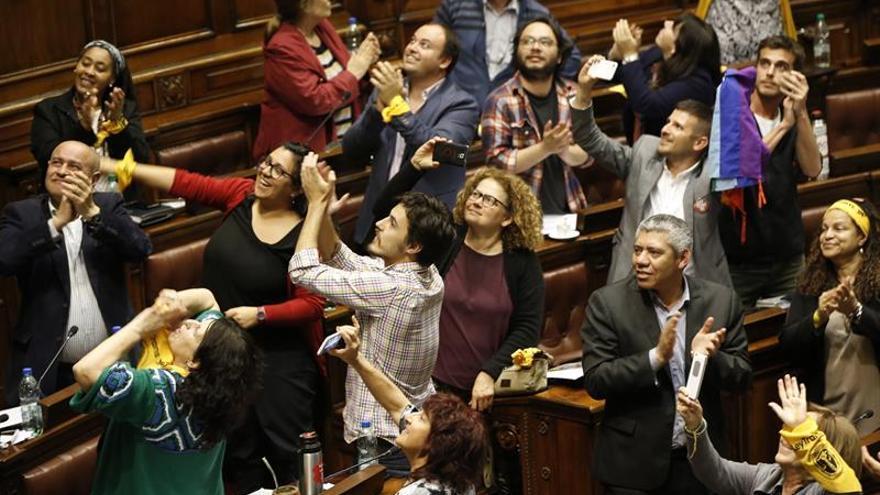 Entre polémica y ovaciones Uruguay aprueba ley trans inédita en Latinoamérica