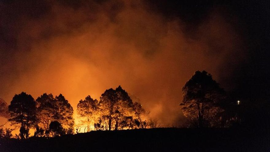 El incendio se encuentra estabilizado tras amainar el viento y la aparición de la lluvia sobre las 22:00 horas, mientras que los vecinos que habían sido desalojados por prevención han vuelto ya a sus casas.
