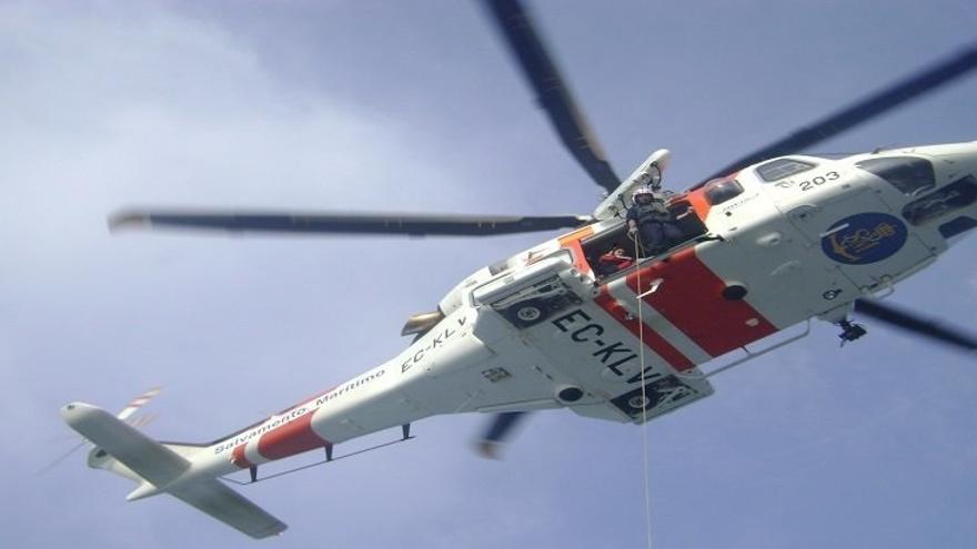 Rescatadas siete personas de una patera volcada en aguas del Estrecho