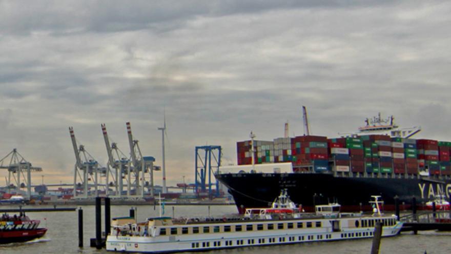 Barco de carga entra al puerto.