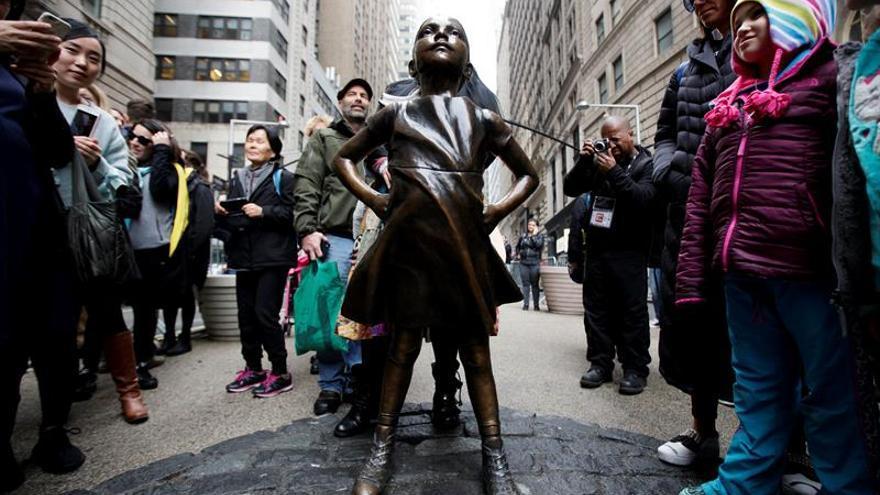 """La estatua de la """"Niña sin miedo"""" seguirá en Wall Street un año más"""