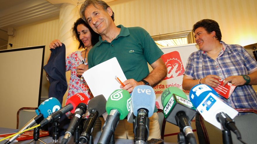 Pedro Escobar, con la secretaria de Organización de Izquierda Unida Extremadura (derecha)