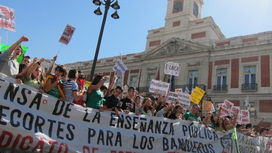 Estudiantes protestan contra las políticas educativas del Gobierno en el primer día de huelga.