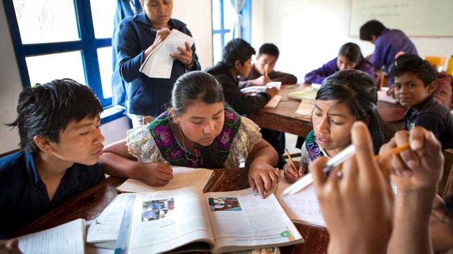 Alumnos de la escuela Emiliano Zapata, que combina la enseñanza de Secundaria con la preservación de la cultura tseltal en Guaquitepec. Foto: Salva Campillo / Ayuda en Acción
