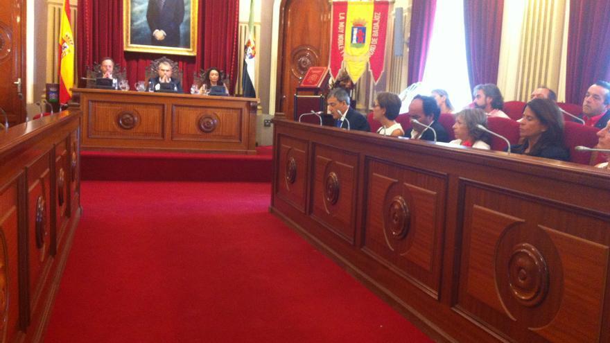 Imagen del pleno del Ayuntamiento de Badajoz celebrada hoy; Astorga al fondo a la derecha.