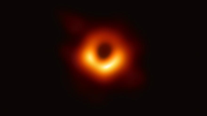 La primera fotografía de la Historia de un agujero negro