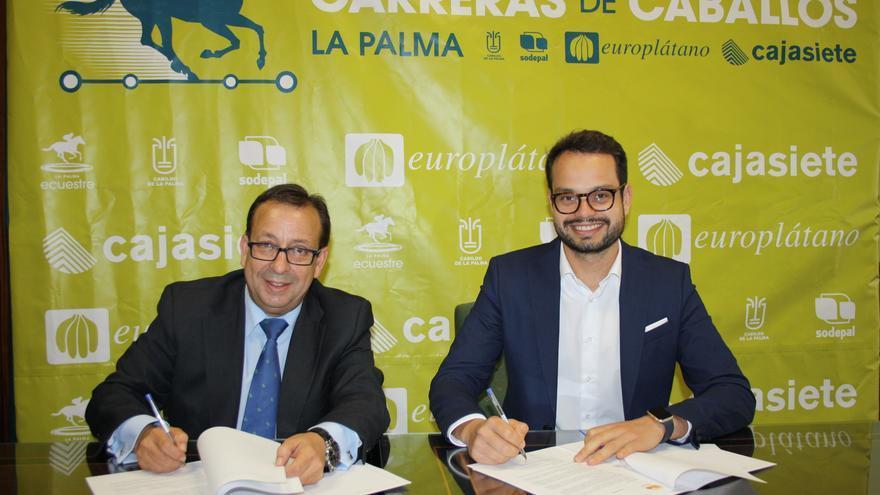 Firma del acuerdo entre Cajasiete y el Cabildo.