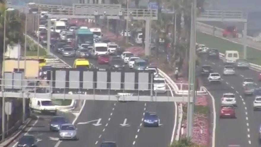 Retenciones provocadas por el accidente entre una moto y un coche en Vegueta