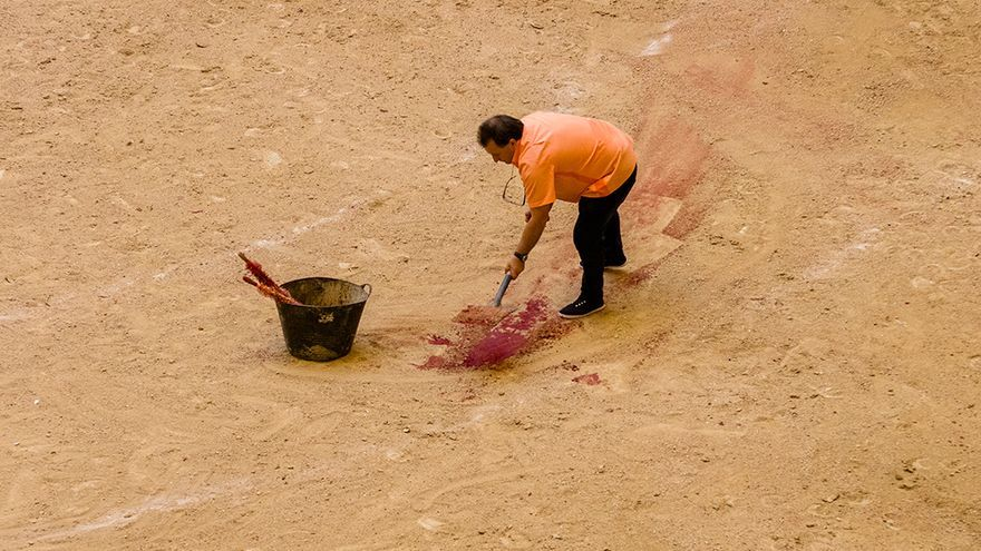 Eliminar todo rastro de sangre es prioritario antes de pasar al siguiente toro. Foto: colectivobritches.com