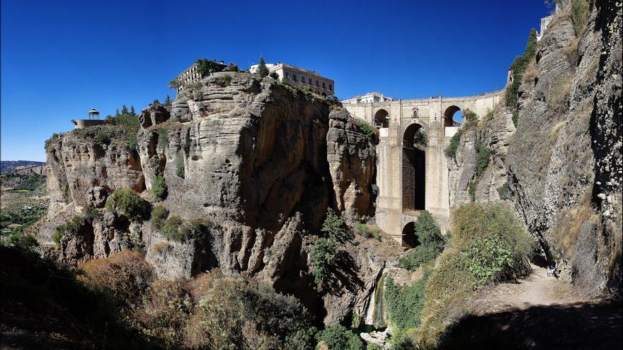 El Puente Nuevo salva la distancia que separa las dos 'rondas' a través del Tajo. dr_zoidberg
