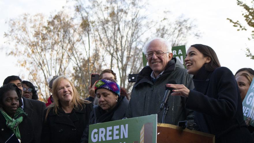 Alexandria Ocasio-Cortez, junto a Bernie Sanders, en un mitin de la campaña.