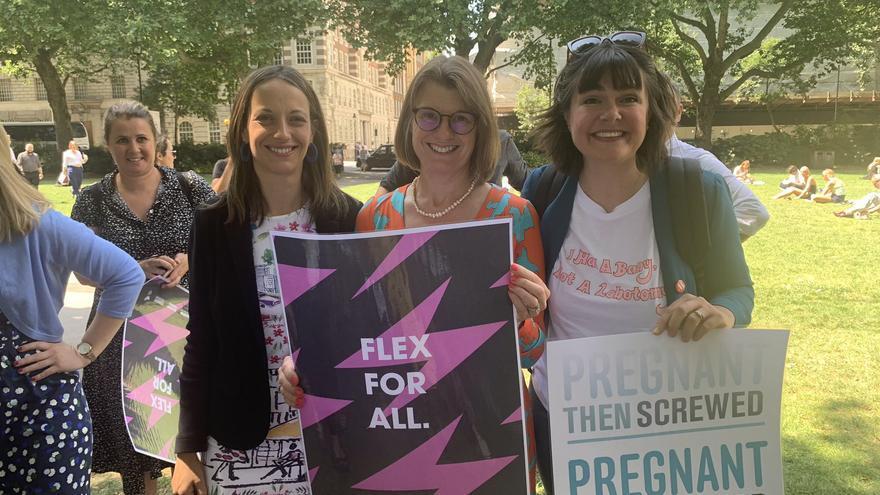 La diputada conservadora Rachel Maclean (centro) durante una campaña por los derechos laborales de las mujeres embarazadas.