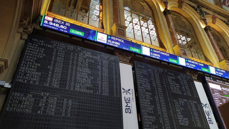La Bolsa española se muestra indecisa y se mantiene por debajo de los 9.000