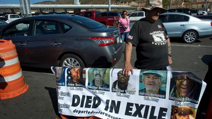Veteranos de EE.UU. deportados a México se reúnen en un cruce fronterizo