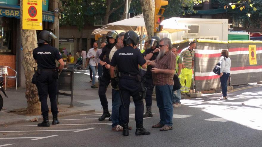 La Policía Nacional identifica a dos diputados de la CUP en el exterior de la sede del partido, este 20 de septiembre de 2017.