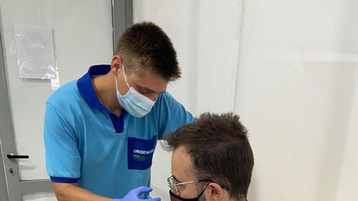 Un hombre recibe la vacuna de la COVID-19