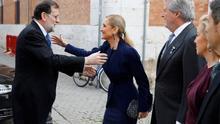 El expresidente Mariano Rajoy saluda a la expresidenta regional Cristina Cifuentes. Foto de archivo.