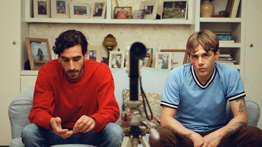 Gabriel D'Almeida Freitas y el también director de la cinta Xavier Dolan en 'Matthias & Maxime'