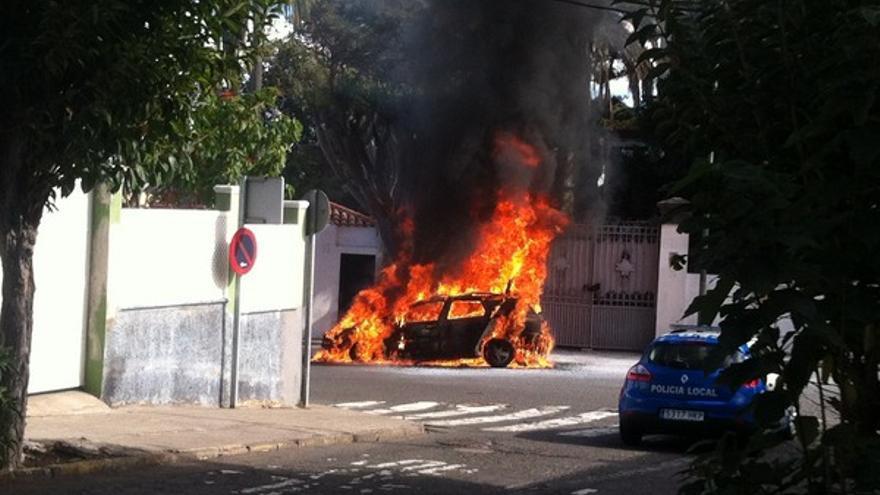 Imágenes del coche ardiendo en Tafira #5